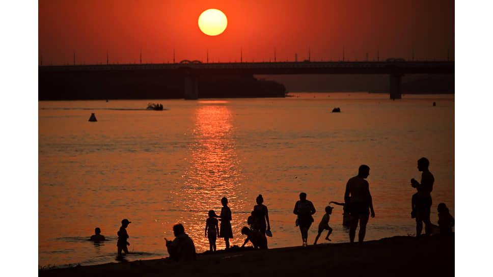 Аномальная жара в Омске. Жители и гости города на пляж на реке Иртыш во время заката