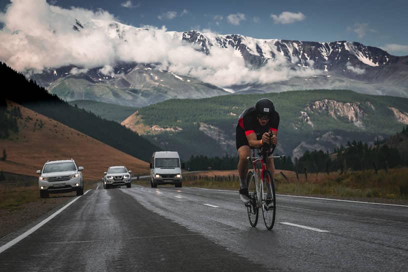 Гонка экстремального триатлона Wild Siberia Xtreme Triathlon 2021 на Алтае. Прохождение участниками этапа велогонки на Чуйском тракте