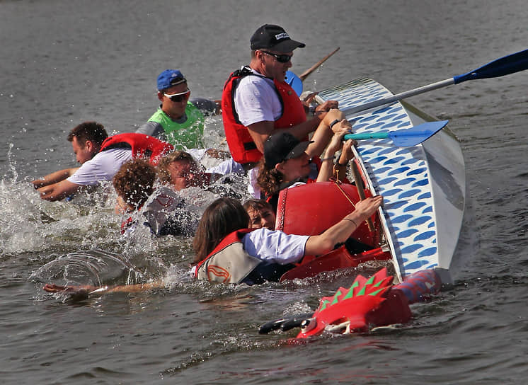 В международный день спортивной журналистики, 2 июля, на гребном канале в Барнауле прошел первый Кубок журналистов Алтайского края по гребле на лодках-драконах (драгонботы). Заезды прошли на дистанции 300 м