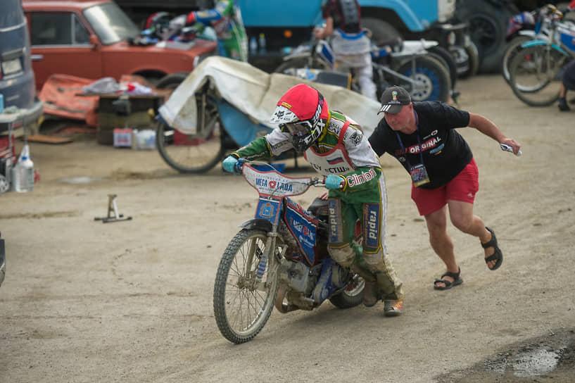 В спидвее используется мотоцикл без тормозов с 4-тактным одноцилиндровым двигателем объемом 500 куб. см. Топливо — метиловый спирт
