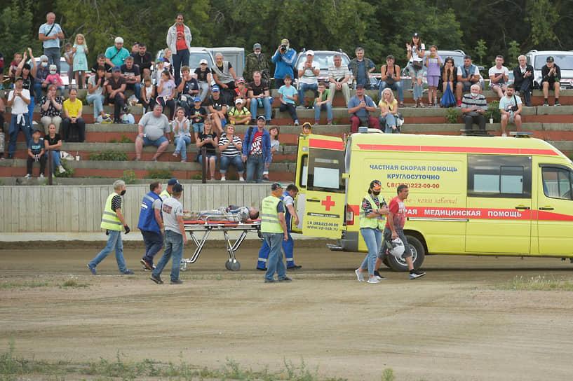 Во время финального заезда в результате жесткого падения один из гонщиков не смог продолжать заезд, ему потребовалась медицинская помощь