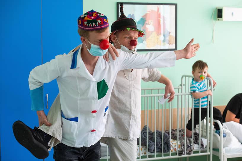 «Возвращаем детство в больницы» — такой девиз у больничных клоунов из новосибирской автономной некоммерческой организации «Больничные клоуны НОС»