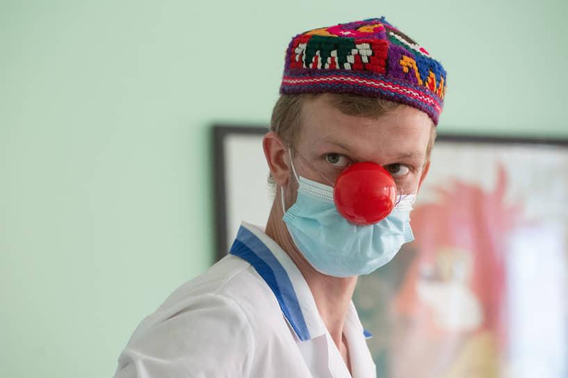Еще один волонтер Паша Овчаров в клоунаде уже четыре года