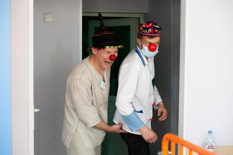 Больничные клоуны в Новосибирске появились в декабре 2012 года. Они регулярно, 1-2 раза в неделю, посещают больницы и интернаты города