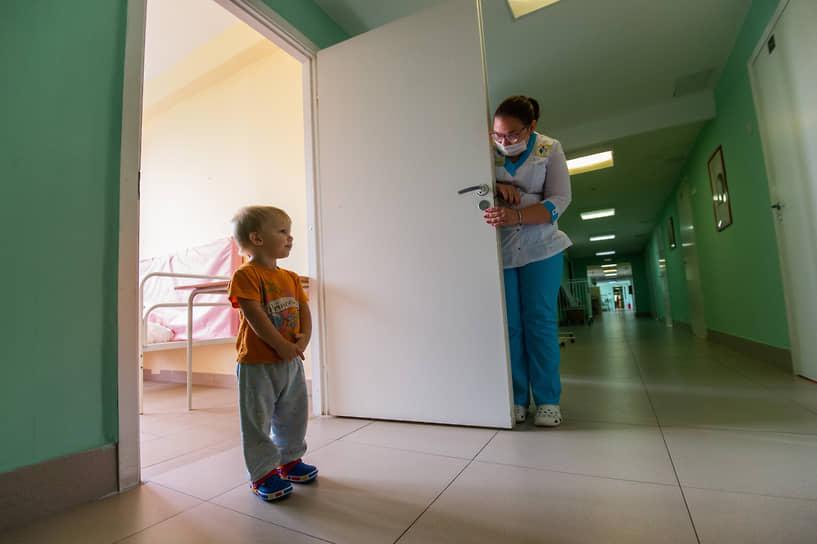 Арсению четыре года, он из детского дома. Мальчик смущен: он никогда раньше не видел клоунов