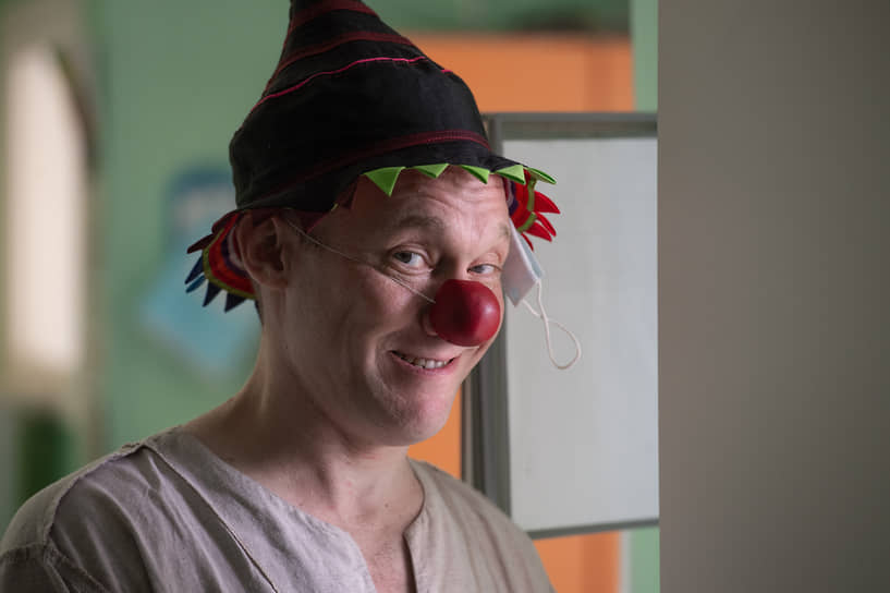 Павел Топорков — предприниматель, занимается больничной клоунадой около года, прошел курсы московских больничных клоунов. Имя клоуна он придумал, совместив кличку первого питомца Тумана и улицу, на которой жил в детстве — Советская. Так получился Тумаша Советский