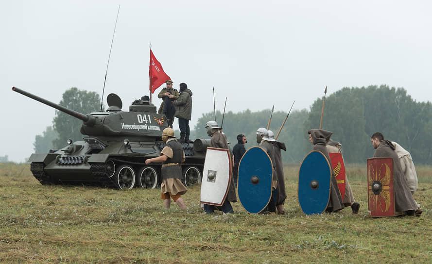 На военно-историческом фестивале на одном поле могли оказаться римские легионеры и танк Т-34