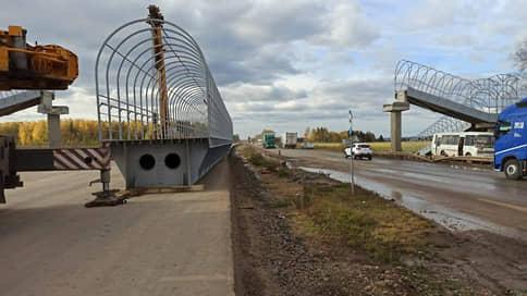 Смерть под мостом // В Прикамье при падении перехода на автомобили погибли два человека