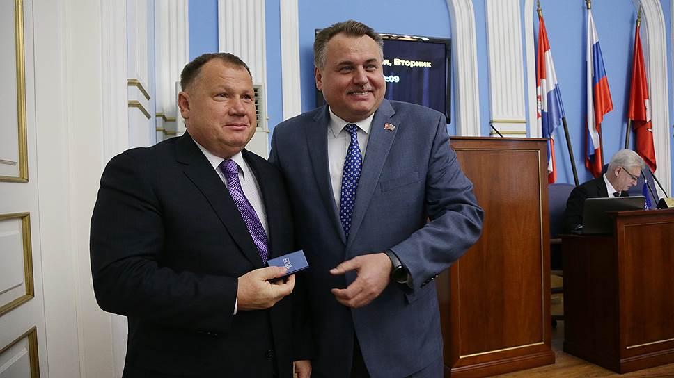 Спикер думы Юрий Уткин (справа) зарабатывает в 30 раз меньше Владимира Плотникова
