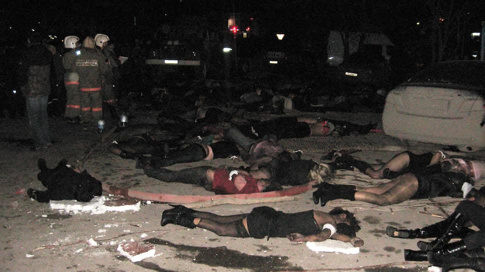 Пострадавших, эвакуированных из здания, размещали прямо на участке улицы Советской перед клубом. Тем, кто уже погиб, привязывали на руки белые бинты.