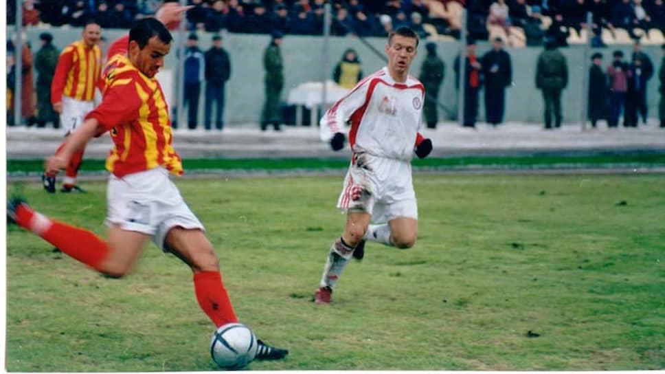 В 1998 году «красно-черные» набрали 93% возможных очков и забили 100 мячей. «Амкар», заняв первое место, получил право выступать в первом дивизионе, в котором «застрял» на долгие пять лет. В премьер-лигу успел выйти известный «конкурент» пермяков — казанский «Рубин». Однако в ноябре 2003 года «амкаровцы» обыграли на своем поле «Факел-Воронеж» со счетом 2:0, что позволило клубу стать чемпионами первого дивизиона и завоевать путевку в премьер-лигу чемпионата России. Еще весной такой разворот событий трудно было предполагать. После 12 туров первенства «Амкар» шел на 16-м месте в таблице и боролся за выживание в первом дивизионе. Однако, проиграв в начале мая «Уралу» в Екатеринбурге, пермяки не уступали никому вплоть до августа. На фото: «Амкар» — «Алания» (Владикавказ), в игре нападающий Сергей Волков.
