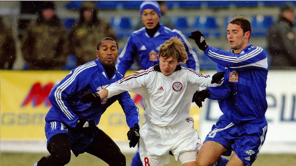 В премьер-лиге клуб не потерялся и стал крепким середнячком. В первом сезоне он занял 11-е место, в 2005 году — 12-е. На фото: «Амкар» — «Сатурн» (Раменское), 2005 год.
