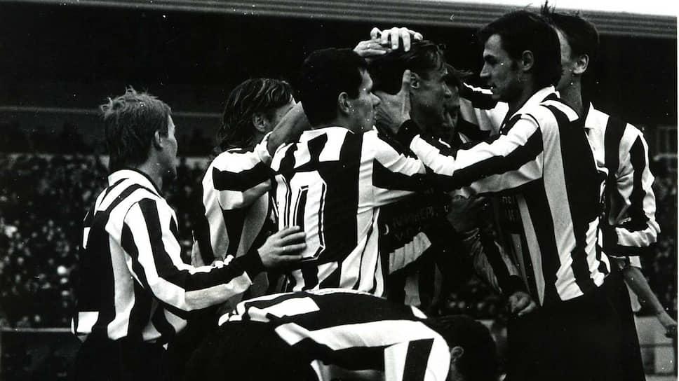 «Амкар» довольно резво стал взбираться на вершину футбольного олимпа. К этому времени прекратил существование главный на то время футбольный клуб Перми — «Звезда». Часть игроков распавшейся команды усилила «Амкар», и в 1995 году команда вышла во вторую лигу. Самым известным игроком в этот период стал Константин Зырянов, доросший до основы питерского «Зенита». Главным матчем второй лиги «Амкара» считается кубковая победа в 1998 году над непобедимым тогда московским «Спартаком». На фото: Константин Зырянов (№10) празднует взятие ворот во время матча «Амкар» — «Носта» (Новотроицк), 1998 год.