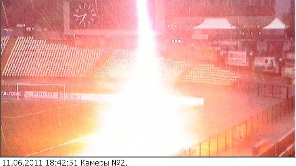 В 2011 году с командой едва не случилась трагедия – во время грозы на поле ударила молния. Буквально за несколько минут до этого главный тренер увел футболистов с поля. На фото: запись с камер наблюдения.