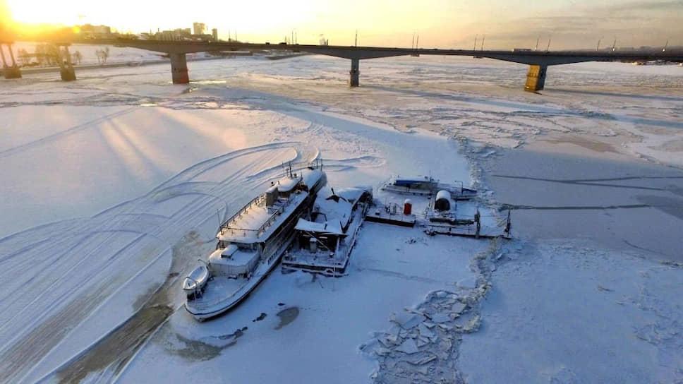 Побег года. Вечером 22 января три неуправляемых судна — два дебаркадера и теплоход «Иртыш» оторвались от швартовых в акватории речного вокзала и после дрейфа вмерзли в лед в сотнях метров от Коммунального моста — прямо на судовом ходе Камы. Сначала была угроза, что судна столкнутся с мостом, затем — что, утонув, остановят судоходство на Каме. Разрабатывались самые фантастические способы спасение «беглецов», включая транспортировку их с берега восстановительным поездом. В итоге 28 января к ним пробился буксир и суда удалось отбуксировать.