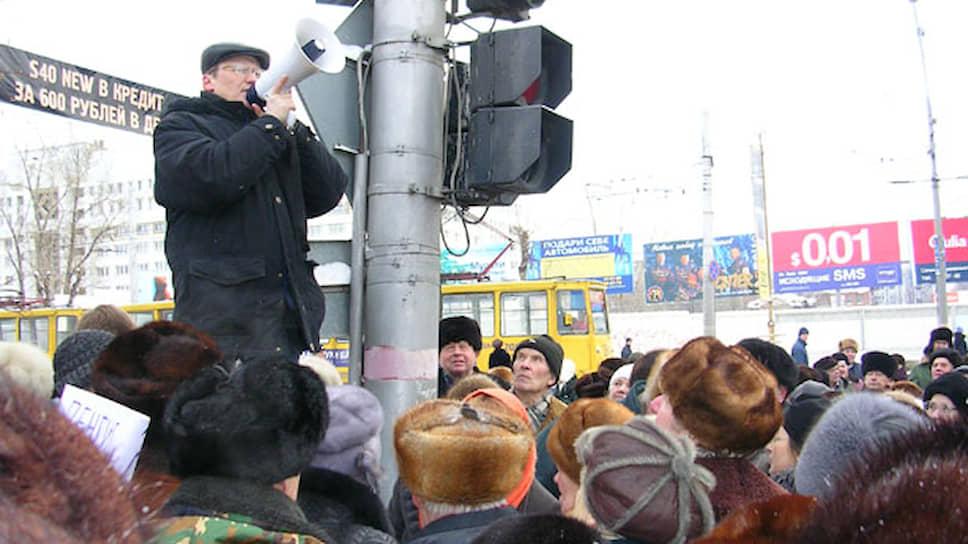 Никто из общественников, в том числе и лидер инициативной группы «За достойную пенсию» Михаил Касимов, не взял на себя ответственность за организацию несанкционированного митинга. На фото: лидер группы «За достойную пенсию» Михаил Касимов руководит протестными действиями.