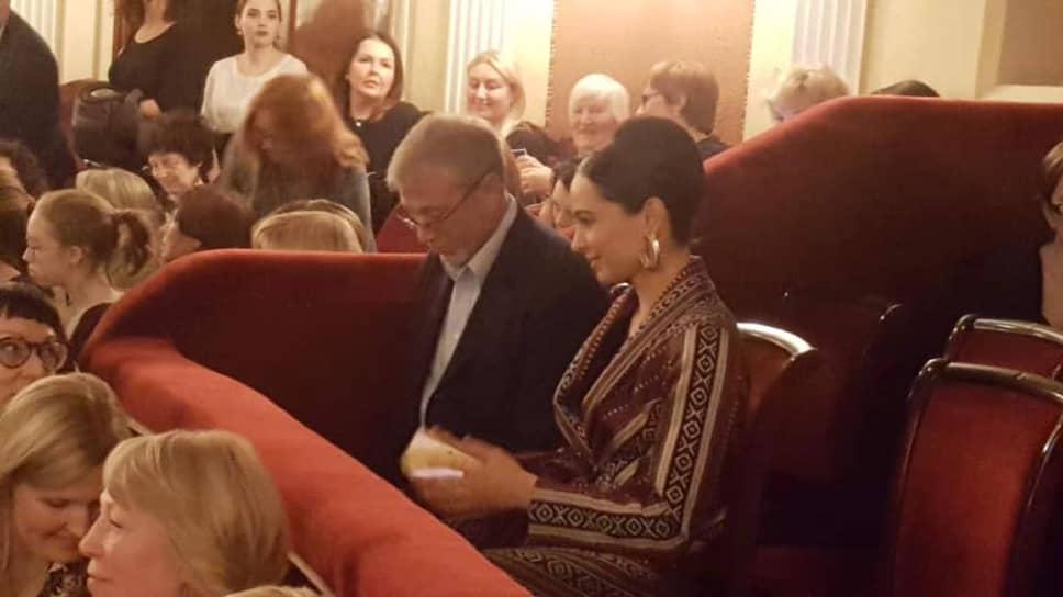 Организацию выбрал российский предприниматель Роман Абрамович, который оказывает помощь в проекте новой сцены оперного театра.