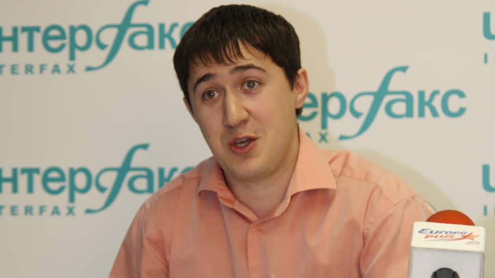 Дмитрий Махонин родился 18 октября 1982 года в поселке Рябинино Чердынского района Пермской области. В 2004 году окончил юридический факультет Пермского госуниверситета.