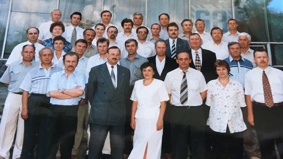 По итогам 1999 года ОАО «Уралсвязьинформ» занимало третье место среди операторов России по приросту абонентов. Число абонентов УСИ за год увеличилось на 47 тыс. и достигло 512 тыс. В среднем по области на 100 жителей приходилось 17,9 телефона, в Перми — 23,6. Общая монтированная емкость сети составила 586 тыс. номеров. Число абонентов пейджеров превысило 5 тыс. В 1999 году компания оказывала 87% местной, 98,2% междугородной телефонной связи, 70% передачи данных, 100% сотовой связи в регионе. На фото: руководство ОАО «Уралсвязьинформ», 90-е годы ХХ века.
