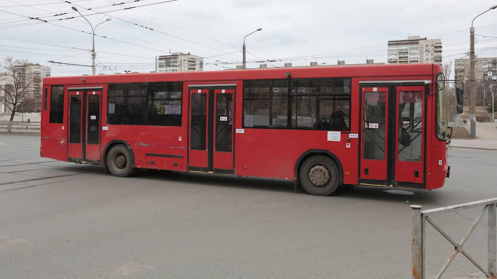 Его число сокращено — транспортники работают в режиме выходного дня, но все равно пассажиров очень мало.