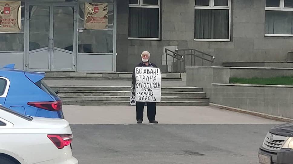 Из режима изоляции вышли прежде регулярно проводившие одиночные пикеты у стен краевого правительства жители города. Они, впрочем, соблюдают масочный режим.