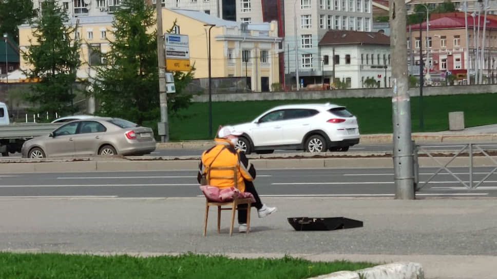 С соблюдением санэпиднорм работают и уличные музыканты.