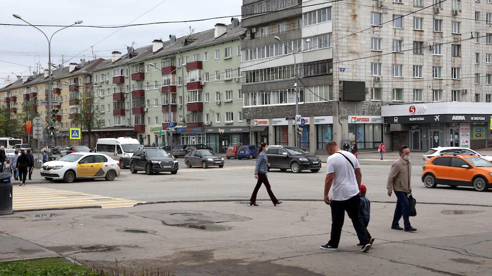 В центре Перми уже второй день множество автотранспорта и прохожих. Уровень самоизоляции города, бывший в числе лучших в рейтинге «Яндекса» в течение апреля, рухнул в мае до 1,7–1,8.