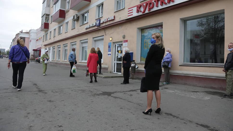 Примета нашего времени — очереди возле почты. Внутрь можно входить только по одному. Остальные ждут на улице.