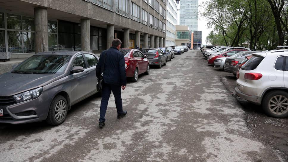 Парковки в центре Перми вновь забиты автотранспортом.