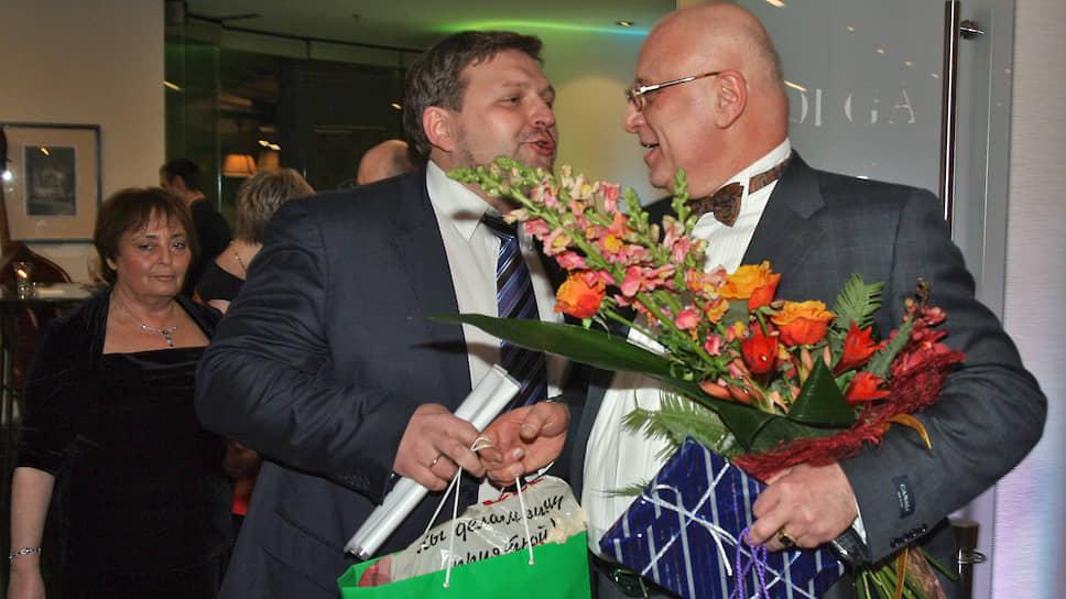 Господин Белых был также завсегдатаем столичных тусовок. На фото: губернатор Кировской области Никита Белых (слева) во время празднования 60-летия управляющего директора компании Х5 Retail Group Юрия Кобаладзе (справа) в зале «Волга» гостиницы «Ренессанс», 2009 год.