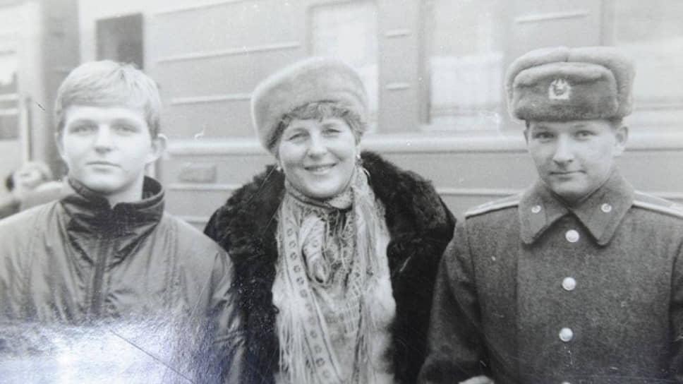 Отметим, что все члены семьи Белых заканчивали одну и ту же школу. И все — с медалями. Мама в 1958-м году и Никита в 1991-м — с золотой, а его отец в 1955-м и старший брат в 1988-м — с серебряной. На фото: Никита Белых с мамой Зинаидой и старшим братом Александром.