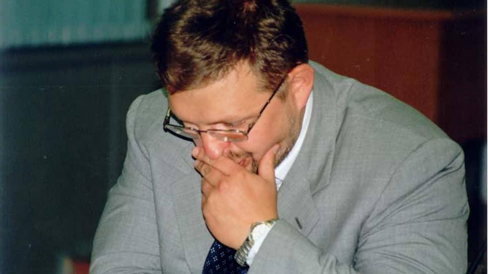 Первые серьезные деньги Никита Белых заработал в 1993 году — на спекуляциях с приватизационными чеками. В то время финансовому вундеркинду было 18 лет. Экономический факультет окончил с красным дипломом, но с четвертого курса юридического пришлось уйти — не успевал. Параллельно продолжал заниматься бизнесом: сначала работал брокером в инвестиционной компании ПИФ, а потом вместе с теперешним первым вице-губернатором Аркадием Кацем учредил инвесткомпанию «Фин-Ист».