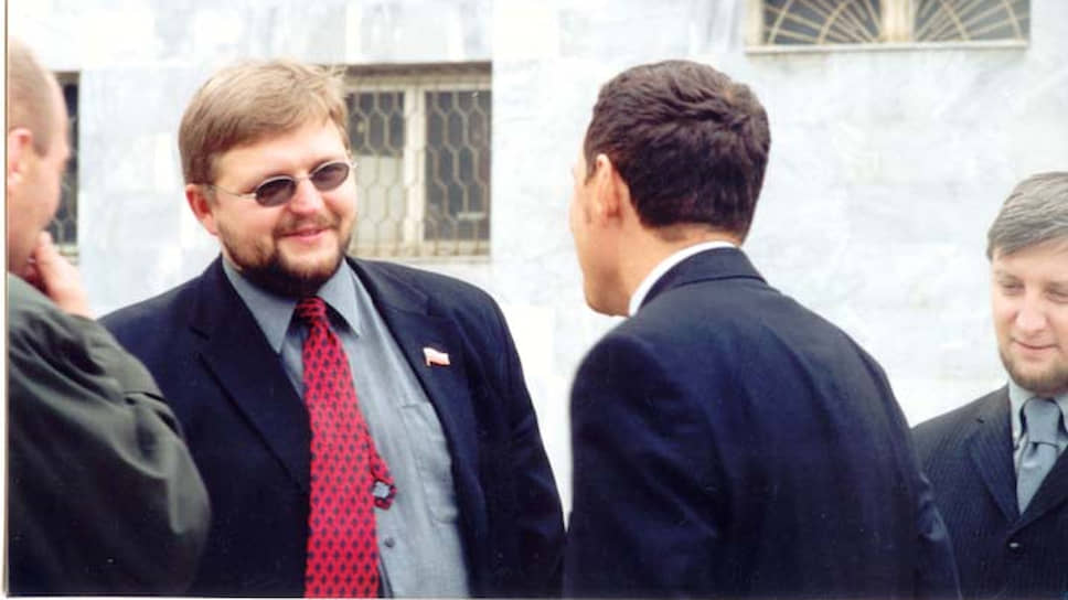 Еще в 1998 году Никита Белых начал политическую карьеру. Причем он тяготел не к проправительственным объединениям, а к правым. В 1998 году Никита Белых стал членом движения «Новая сила», в 1999-м вступил в «Союз правых сил» (СПС), а в 2001-м избрался в областное законодательное собрание.