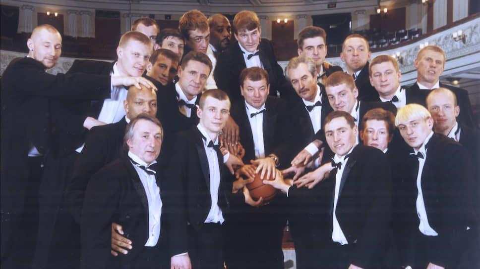 Топ-менеджмент «Урал-Грейта» в 1999 году затеял кардинальную перестройку клуба. Перед командой была поставлена задача: лишить бессменного чемпиона России — столичный ЦСКА чемпионского титула. Под эти цели приобретались лучшие игроки.