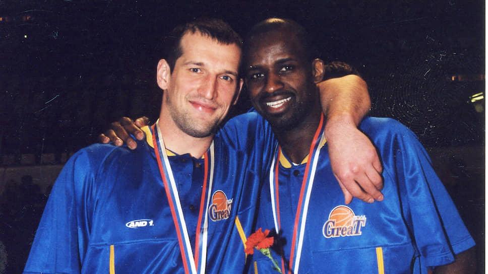 Был куплен звездный легионер из НБА Энтони Боуи. В итоге — второе подряд чемпионство, клуб стал 14-м в Евролиге. На фото: Андрей Шейко и Энтони Боуи отмечают очередное золото в суперлиге, 2002 год.