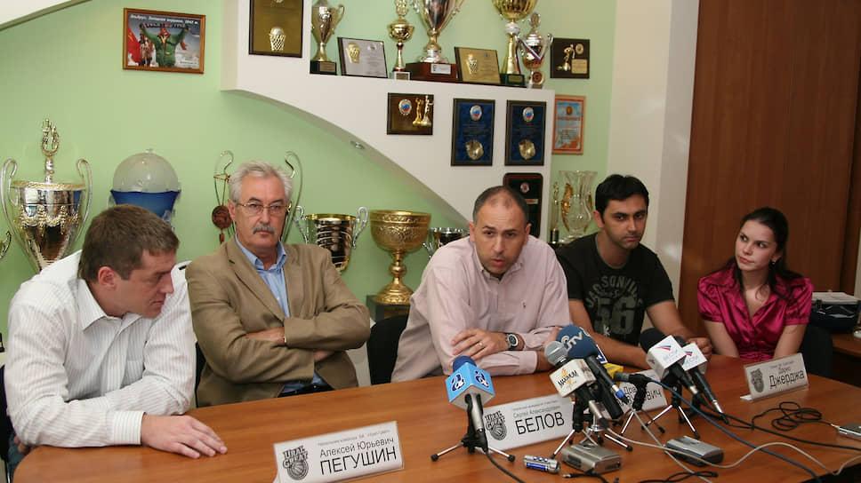 В 2007 году клуб вновь предпринял попытку вернуть утраченные позиции. Были приглашены сильные легионеры: Эндрю Вишневски, Бриндли Райт, Ральф Биггс и Ваня Плиснич, а также хорватский тренер Дражен Анзулович. Однако этот тренер вскоре буквально сбежал из Перми, соблазнившись предложением о работе в бельгийском «Шарлеруа». Исполняющим обязанности был назначен бывший игрок и тренер по работе с молодежью Роман Двинянинов. На фото: пресс-конференция по поводу назначения главного тренера «Урал-Грейта» Дражена Анзуловича, 2007 год.