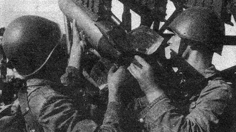 Молотовский комбинат «К» за время войны произвел около 33 млн зарядов, в том числе для гвардейских минометов БМ-13 «Катюша». На фото: бойцы РККА заряжают «Катюшу» снарядами М-13.
