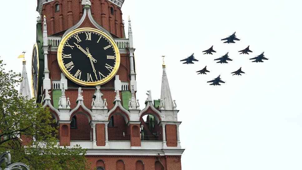 Специалистами пермского АО «НИИПМ» разработаны пиропатроны для катапультных кресел К-36 различной модификации, которыми комплектуется большинство самолетов ВКС РФ и все модификации состоящих сейчас на вооружении истребителей. На фото: авиационные группы высшего пилотажа «Стрижи» на МиГ-29 и «Русские Витязи» на Су-30СМ в пилотажном порядке «Ромб» во время воздушной части парада 24 июня.