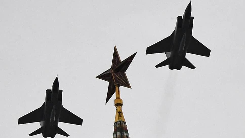 Среди заслуг Павла Соловьева — разработка двигателя Д-30Ф6 для истребителя МиГ-31. На фото: МиГ-31К с гиперзвуковой ракетой «Кинжал» проходит над Спасской башней Кремля во время парада 24 июня.