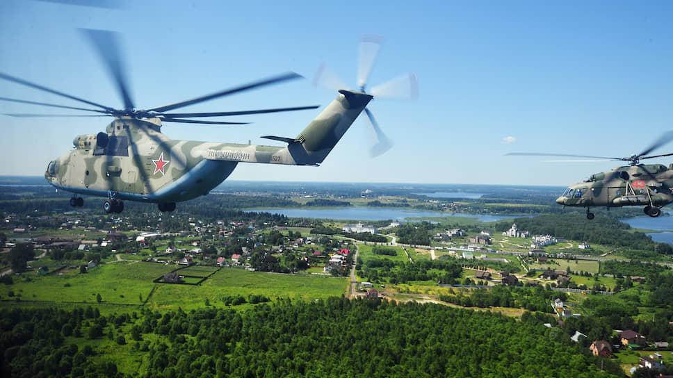 Еще один пермский центр компетенции в области авиапромышленности — производство вертолетных агрегатов. На фото: вертолеты Ми-26 и Ми-8 собираются в группу для прохода над Красной площадью. Редукторы и агрегаты трансмиссий для них изготавливает АО «Редуктор-ПМ».