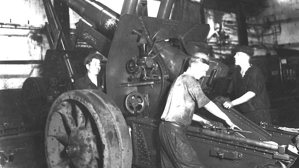 С началом Великой Отечественной войны промышленность Прикамья была переведена на оборонные рельсы. Существующие предприятия ОПК резко нарастили объем выпускаемой продукции. На фото: рабочие «Мотовилихинских заводов» собирают гаубицу МЛ-20.