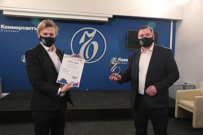 Главный редактор газеты «Коммерсантъ-Прикамье» наградил Владимира Дружкова за инвестиции в производство мелованного коробочного картона.