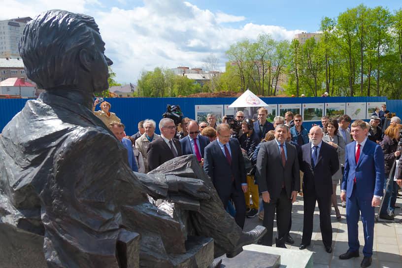 Памятник был открыт в июне 2018 года, на церемонии присутствовал совладелец ГК «КОРТРОС» Виктор Вексельберг. Господин Вексельберг приезжал в «Гулливер» дважды. За год до открытия памятника он присутствовал на закладке камня на месте установки памятника.