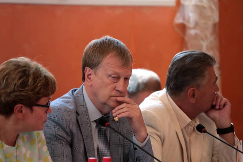 Среди глав муниципалитетов доверенным лицом Дмитрия Махонина считается руководитель Добрянского округа Константин Лызов. Источники отмечают, что у них сложились дружеские отношения еще до губернаторства господина Махонина.