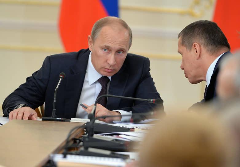 Здесь Юрий Трутнев — уже помощник президента России. С Владимиром Путиным (слева) во время заседания президиума Государственного совета о повышении доступности и качества медицинской помощи в регионах, 2013 год.