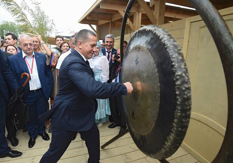 Во время рабочей поездки с президентом РФ во Владивосток в 2017 году. Юрий Трутнев (в центре) бьет в ритуальный шаманский бубен во время церемонии открытия выставки «Улица Дальнего Востока».