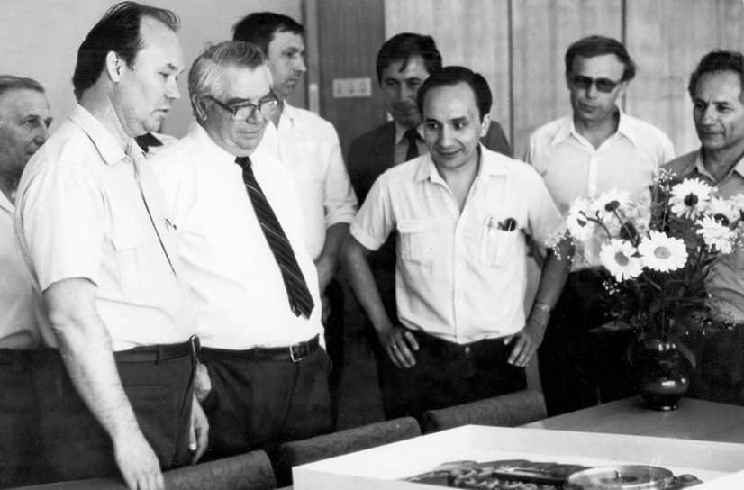 Сразу после окончания учебы Александр Иноземцев пришел на работу в Пермское моторостроительное конструкторское бюро Министерства авиационной промышленности СССР — ранее ОКБ-19, а ныне АО «Авиадвигатель-ОДК». Пермское МКБ исторически разрабатывало двигатели для серийного пермского завода. Бюро конструировало сначала поршневые, а затем реактивные и турбореактивные двигатели, которые серийно изготавливались на заводах в Перми и Рыбинске. На фото: Александр Иноземцев среди сотрудников МКБ во главе с Павлом Соловьевым, 70-е годы ХХ века.
