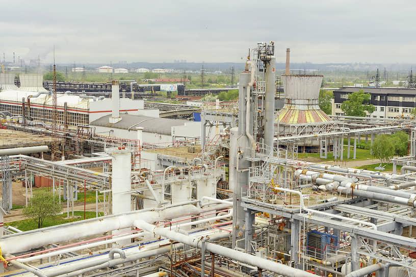 В 1998 году ЛУКОЙЛ нарастил производственный потенциал в переработке — компания приобрела 50% Пермского газоперерабатывающего завода (ООО «Пермнефтегазпереработка»), таким образом решив проблему утилизации попутного нефтяного газа.