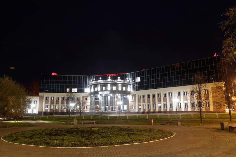 Компания продолжает активно инвестировать — ежегодный объем производственных инвестиций на территории Прикамья достигает 50 млрд руб. Среди наиболее заметных строек компании последнего времени — офис института «ПермНИПИнефть» в пермском микрорайоне Разгуляй (2018 год, объем инвестиций — более 2 млрд руб.), электрообессоливающая установка на заводе «ЛУКОЙЛ-Пермнефтеоргсинтез» (2019 год, 2 млрд руб.), а также четыре крупных производственных объекта «ЛУКОЙЛ-ПЕРМЬ» — приемо-сдаточный пункт «Оса» в Осинском районе (2020 год, 0,4 млрд руб.).