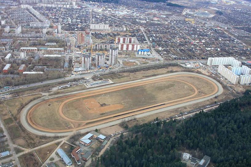 В 2007 году земельный актив оказался у питерского застройщика «Макромира», который планировал застроить участок ипподрома жильем. Этого не произошло: грянул кризис 2008 года, и питерский холдинг рухнул. Вскоре оказался в банкротстве и сам пермский ипподром.